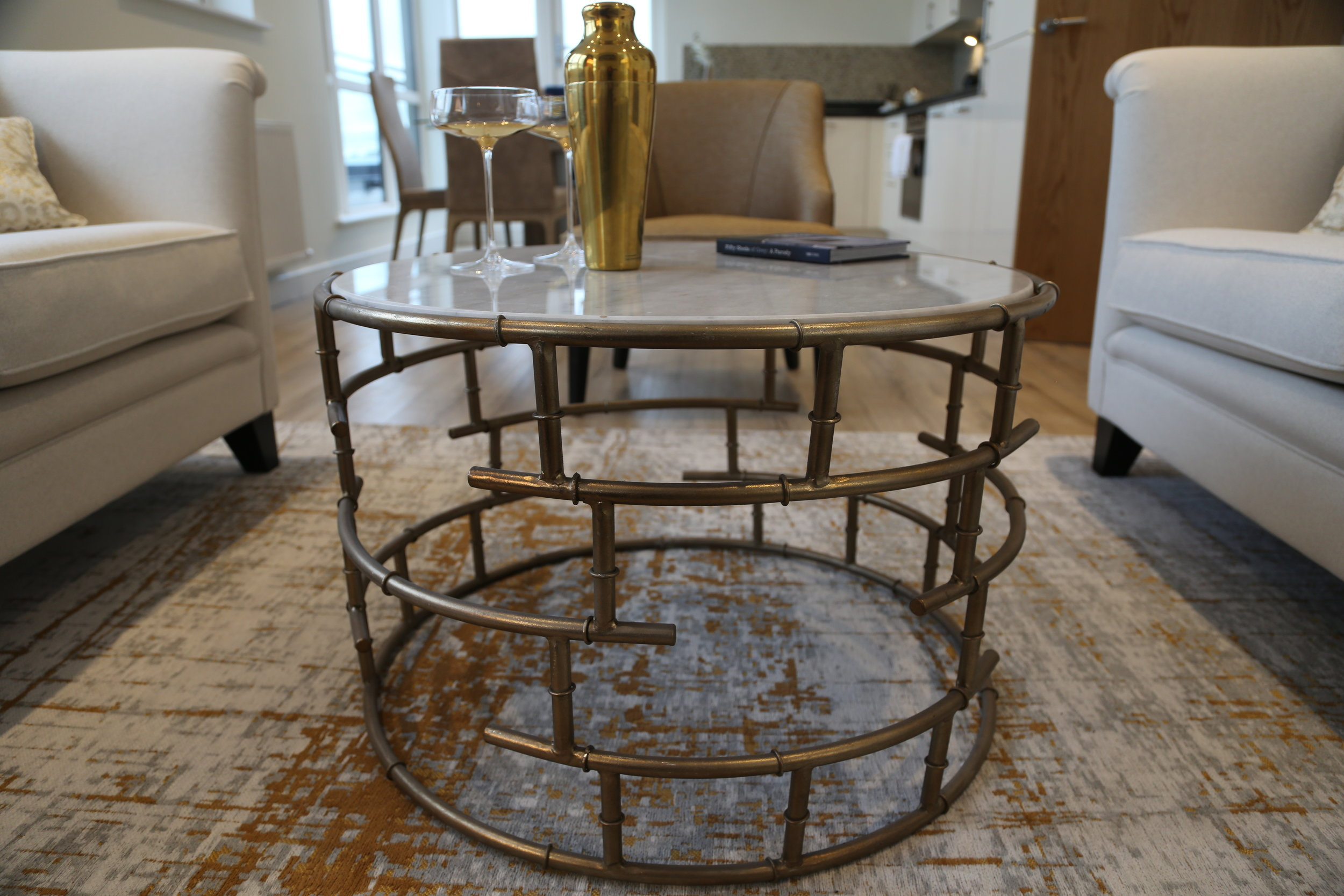 The coffee table is pratical but also gives the feeling of space in the room