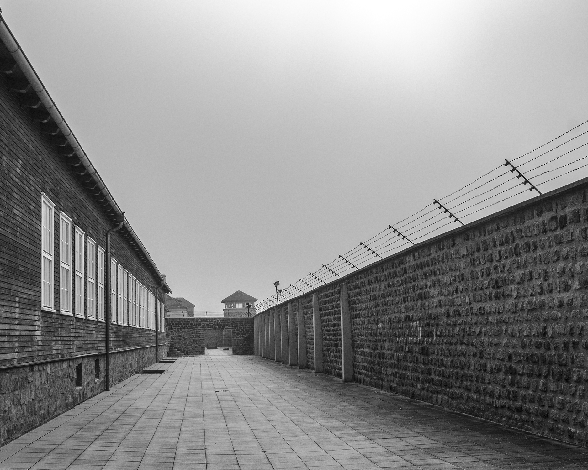 tra muro e baracche campo di concentramento Mauthausen-7951.jpg