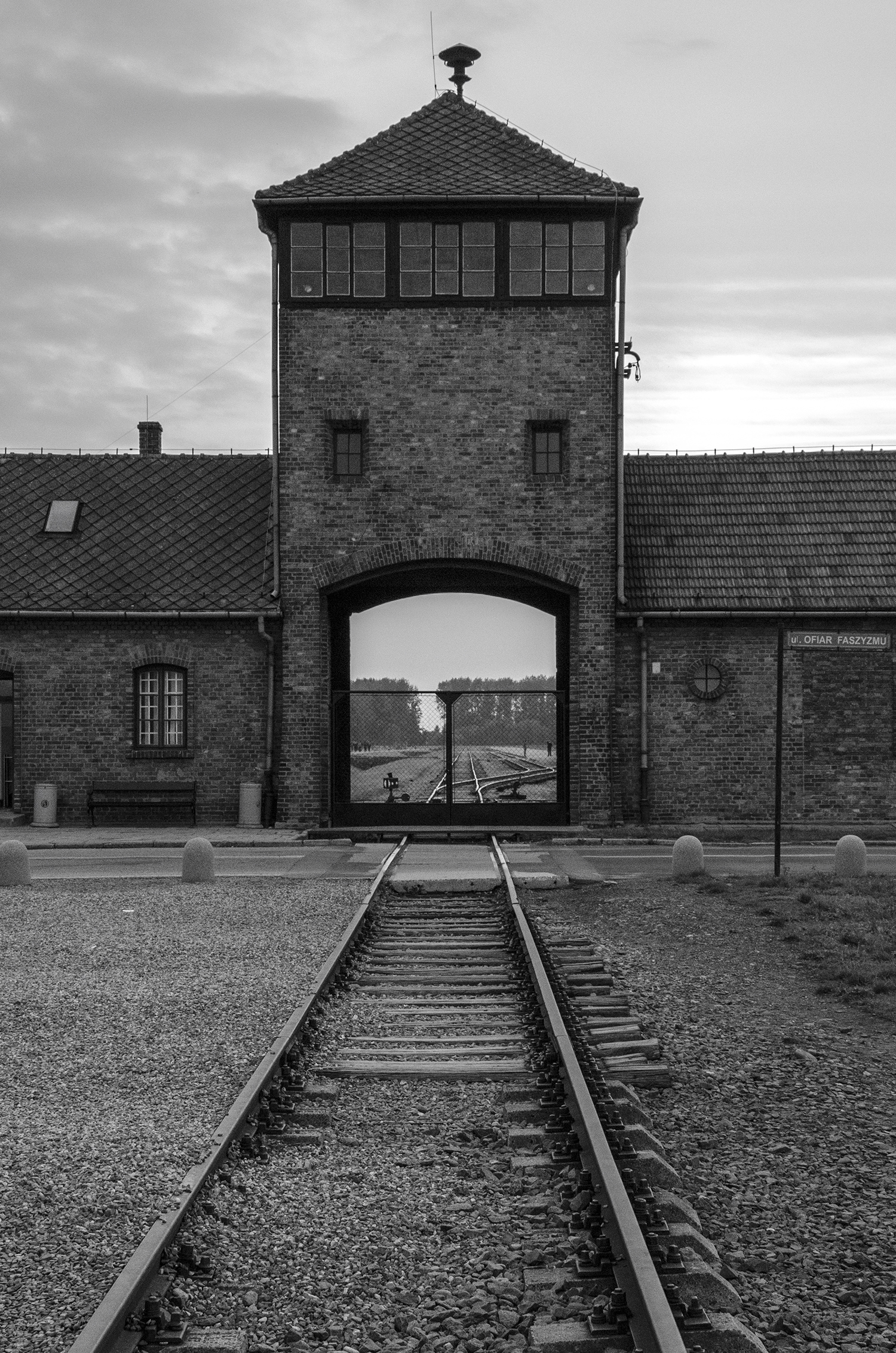Auschwitz Birkenau-ingresso al campo di sterminio-3240.jpg