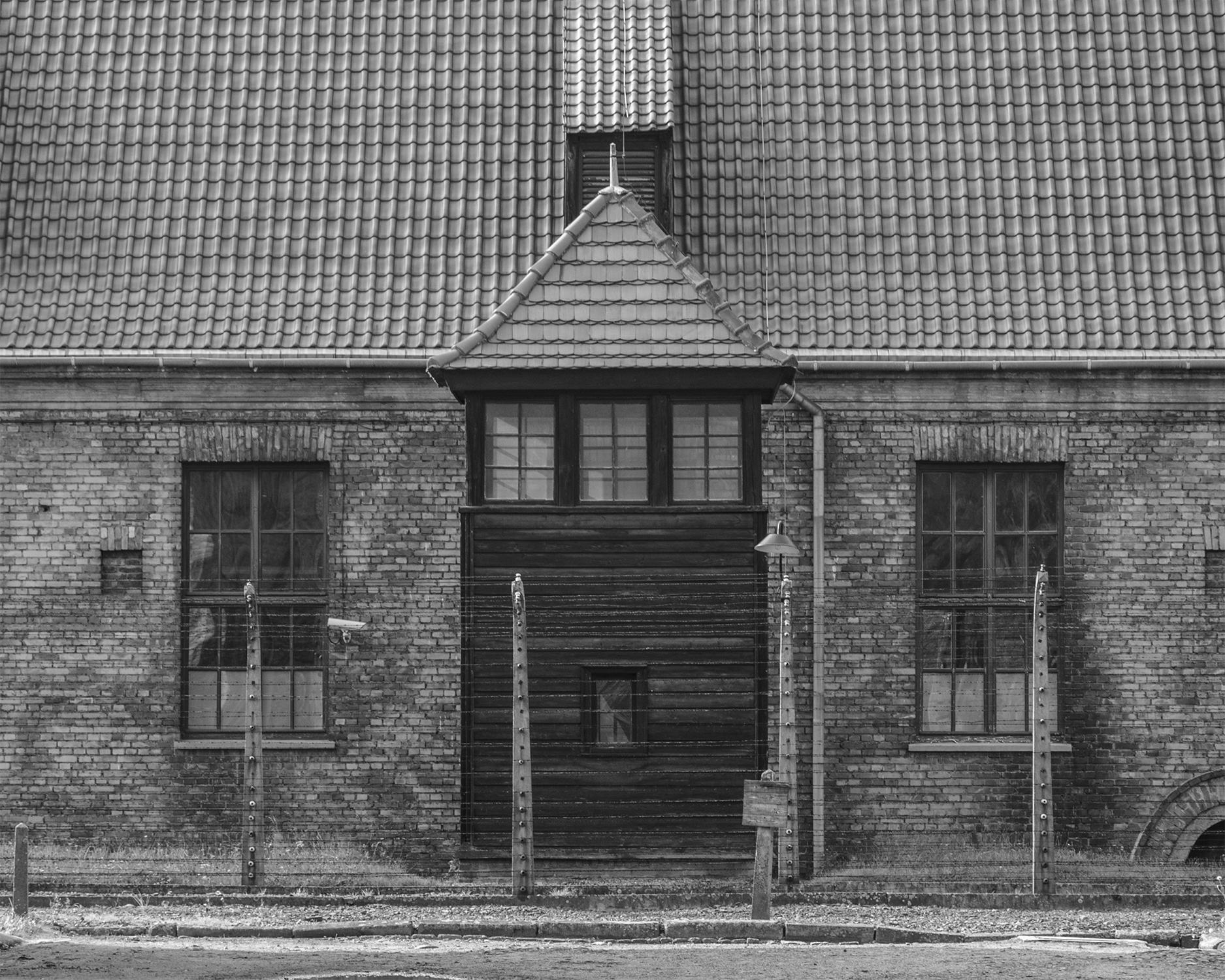 Auschwitz I-edificio con torretta di guardia-3114.jpg