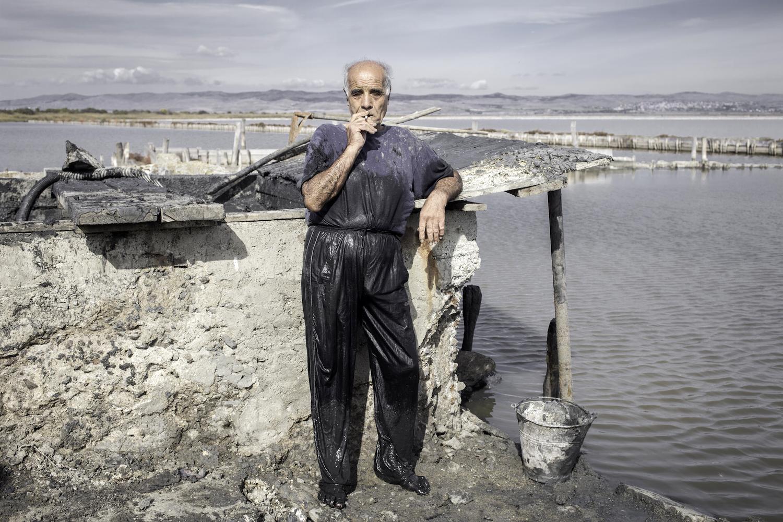 Dimitar, 58, fördert Heilschlamm für eine Klinik in Pomorie, Bulgarien, 2014