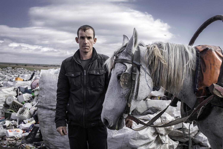 Stoian, 27, arbeitet auf einer Müllkippe östlich von Karnobat, Bulgarien, 2014
