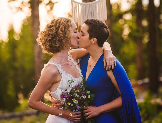 Hard to express the feels we all experienced at #feministphotovaycay2018 💞 The friendships, the mountainous skylines, and the pics of wild and true love like we saw with @meri26 and @cenlaw! Here's just one sneak peak by @sarahschultztaylor from one of the shoots I designed. Posting more soon in a full blog round up! Which I guess means I need to start a blog. 💁🏻♀️ Shout out to @carlyromeoandco for always organizing such inspiring and rad events! 💫  Gown: @incandescent_bridal  Jewelry: @sarahojewelry Decor: @skyandbranch