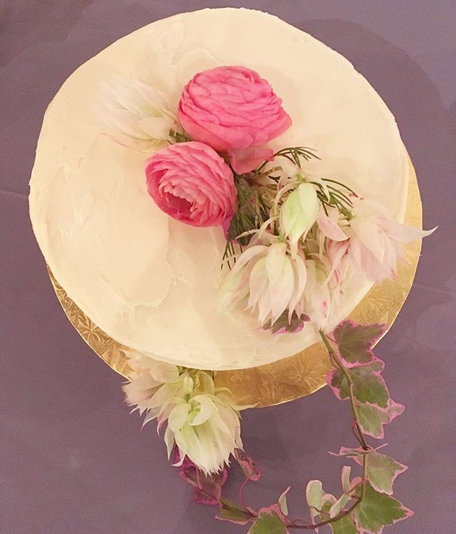 Anyone else having cake for breakfast today? 😬 Cake: @ovenly ⚡️ Flowers: @doan_ly #weddingcake