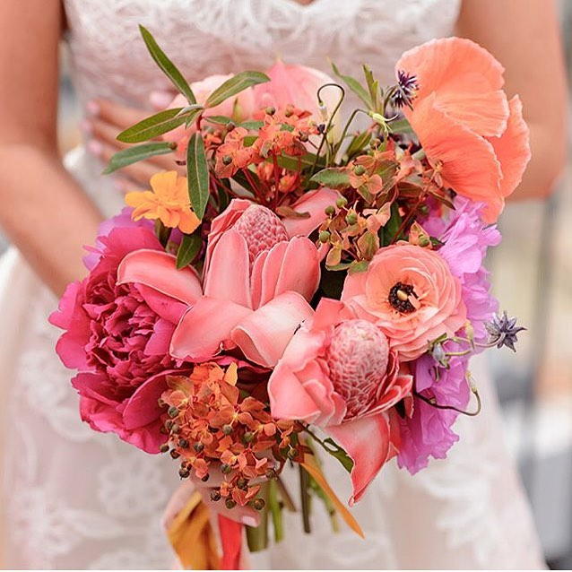 It's been rainy all week, but thinking warm thoughts to sunnier days ahead! Remember this epic @foxfodderfarm bouquet from Michaela and Arpan's Spring wedding? Like, WHOA. 🤩 Pic by @erik_ekroth_photography