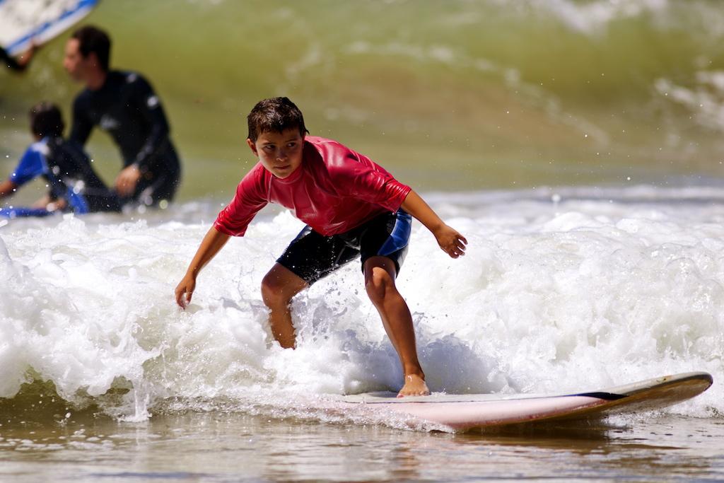 Mateo hace surf