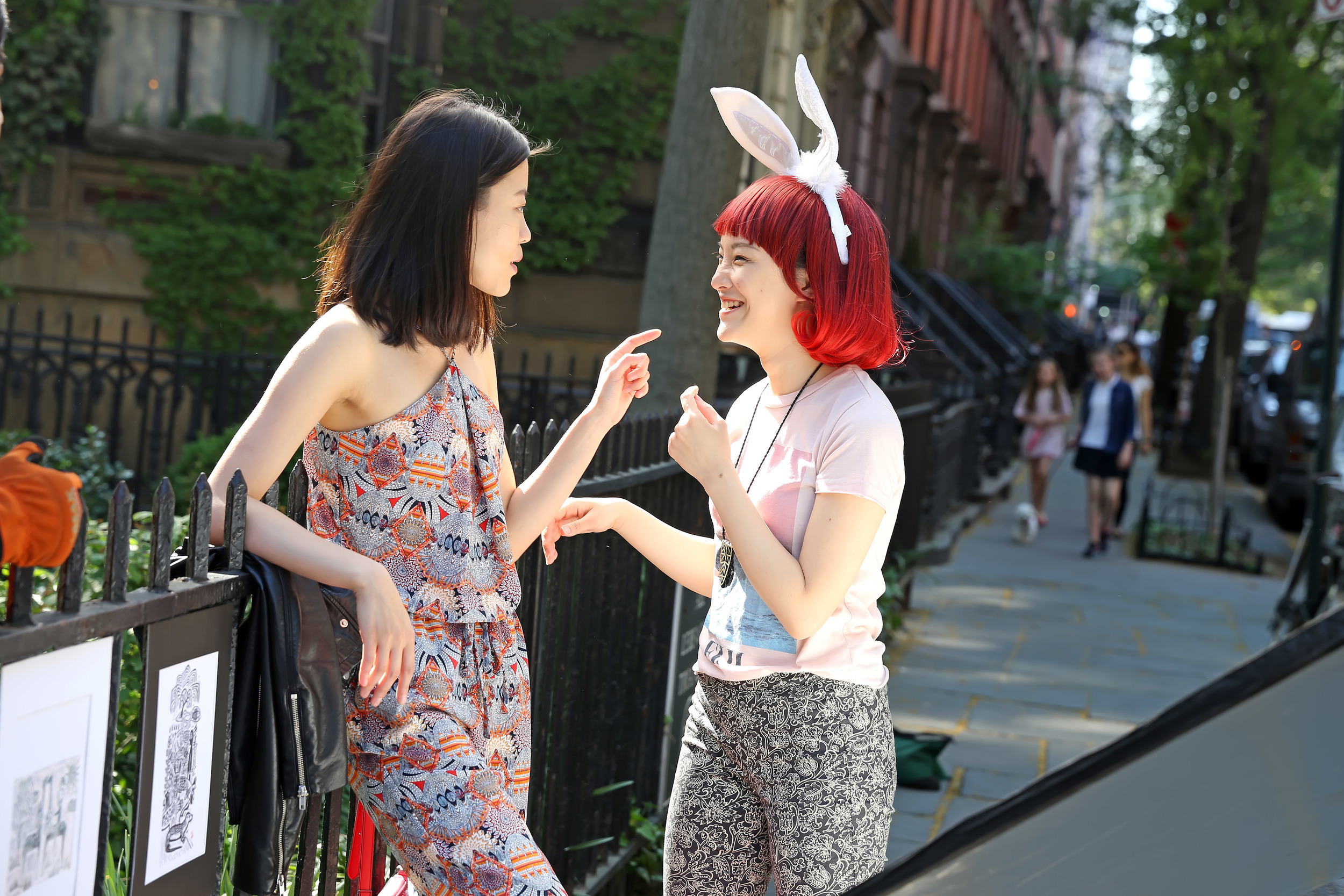 Still_Xiaotong and Qianqian selling paintings.jpg