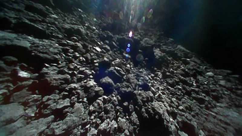 One of the landers took a great shot of Ryugu's surface