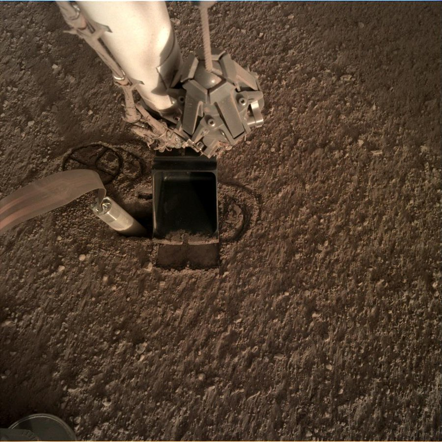Image from InSight of its scoop