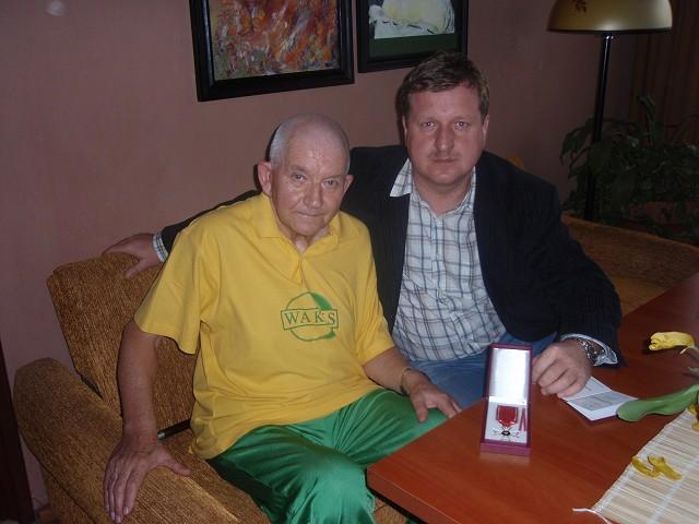 Najstarszy polski działacz bilardowy, Edward Armknecht z Bydgoszczy, podczas wizyty prezesa PZBil w jego mieszkaniu w 2010 roku  .     źródło: makmarketing.pl