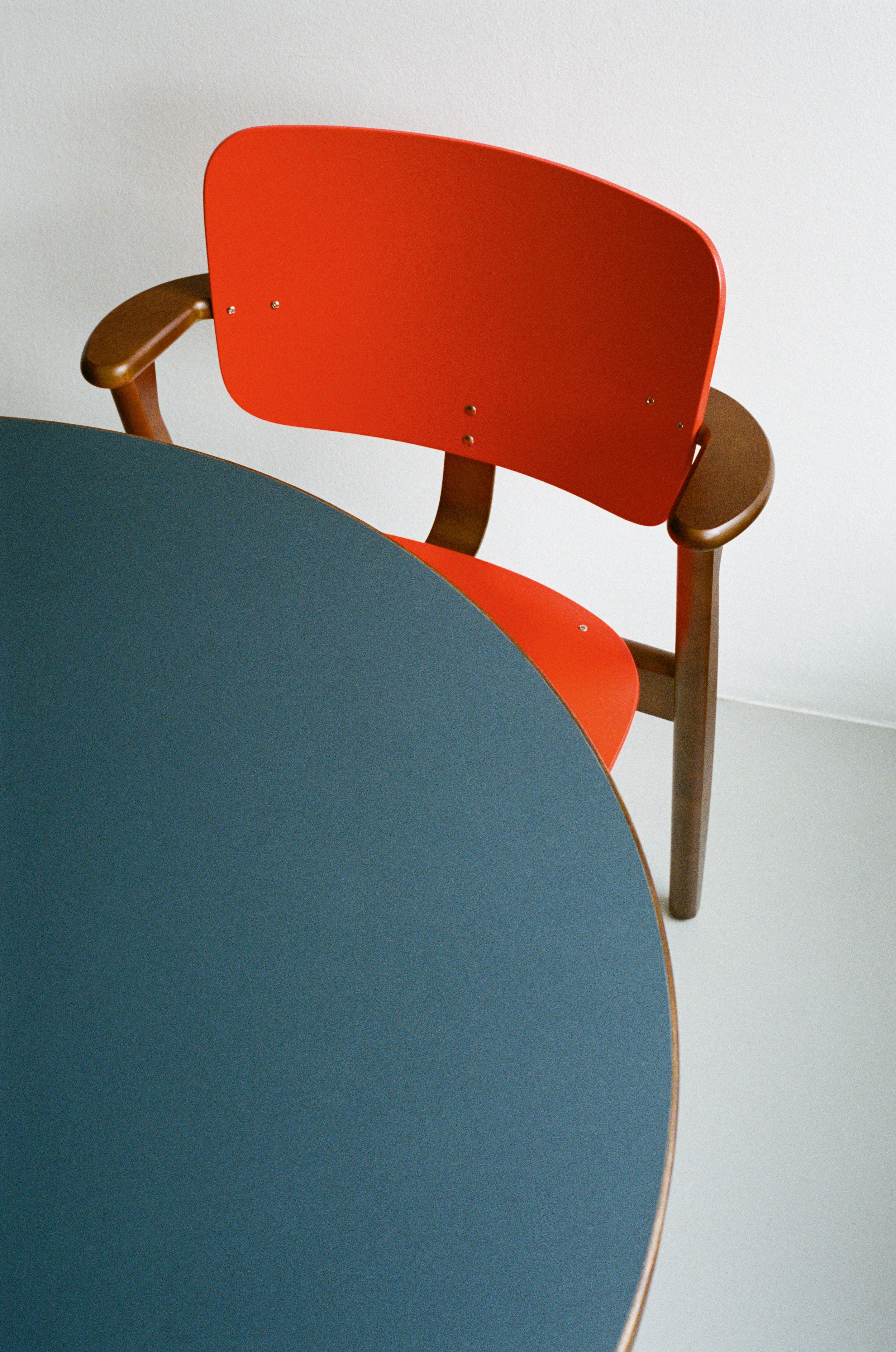 Domus_Chair_walnut_stained_bright_red_lacquer_Aalto_Table_round_blue_linoleum_1.jpg