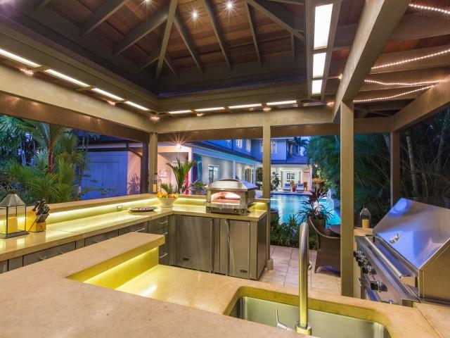 Pool-Kitchen---Bar_640x480_2151637.jpg
