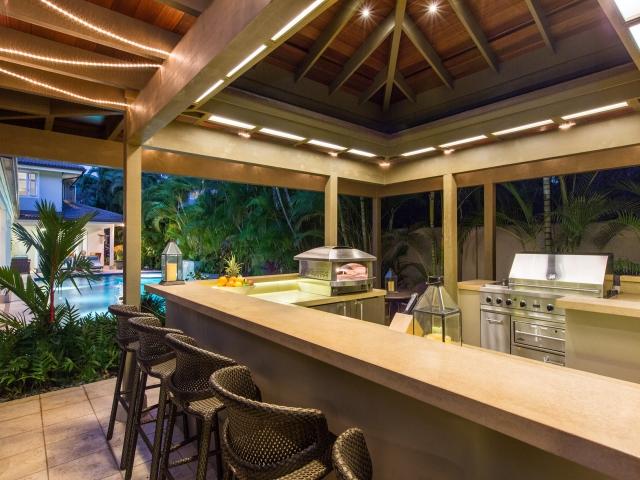 Pool-Kitchen---Bar_640x480_2151639.jpg