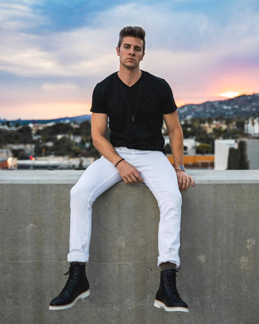 black-v-neck-t-shirt-white-jeans-black-leather-casual-boots-original-28567.jpg