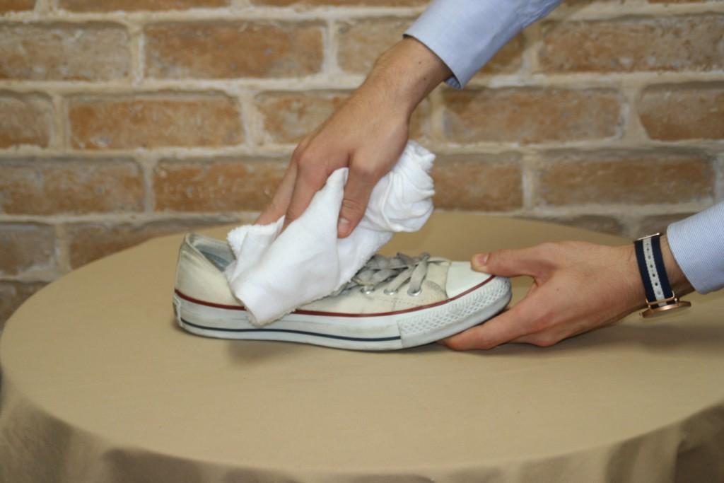 把鞋帶拆掉後,用濕布將鞋面打濕