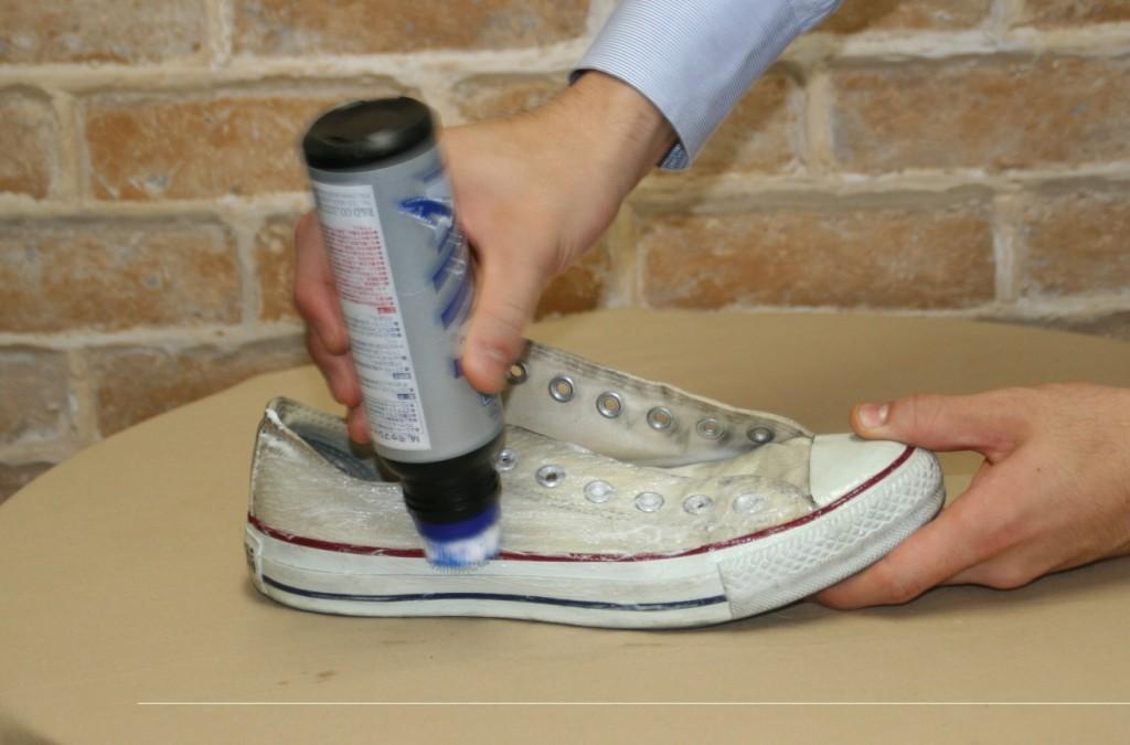 利用前端的刷子以劃圓方式起泡清除髒污。泡沬不夠時可以在刷頭上沾點水