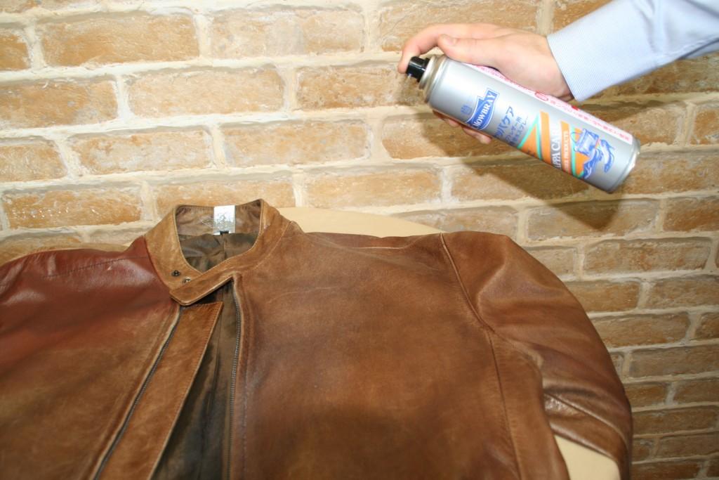 先將皮衣上的灰塵以馬毛刷清除後,再以莫布雷那帕防護噴劑全面均一噴灑後,再用皮革布擦勻。
