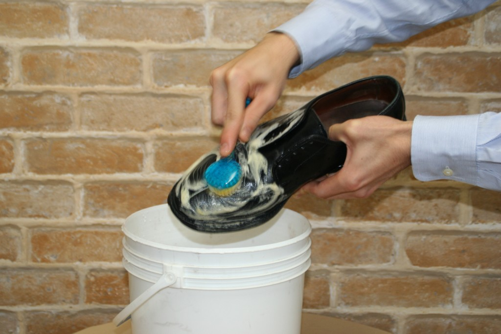 清潔刷以畫小圓方式仔細刷除髒污