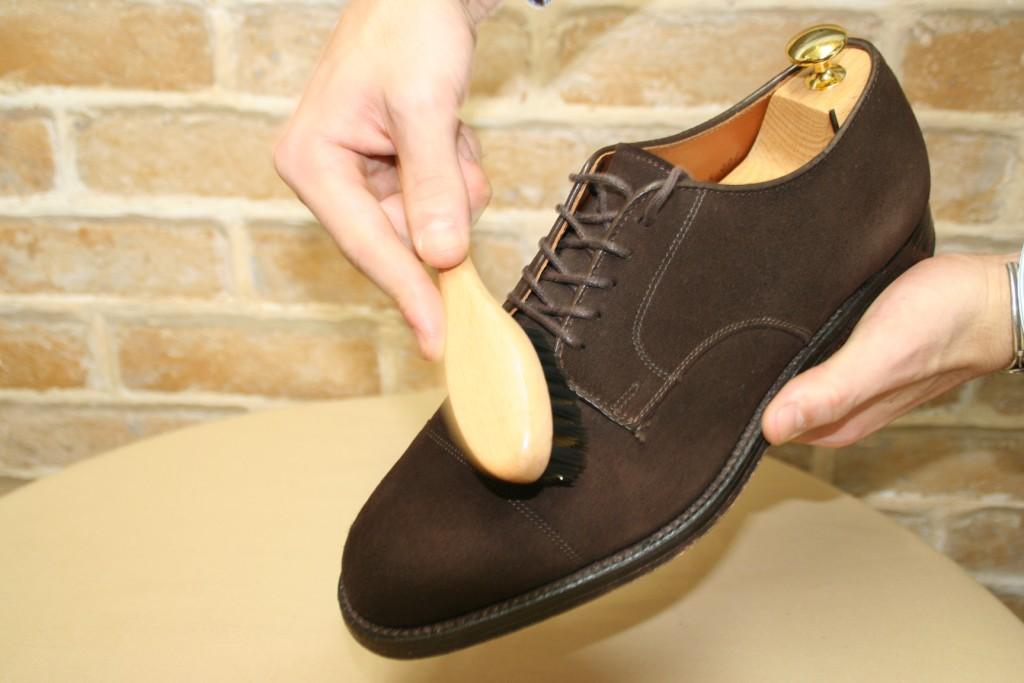 當麂皮面泛光時可使用有黃銅絲的 麂皮梳 梳理皮面