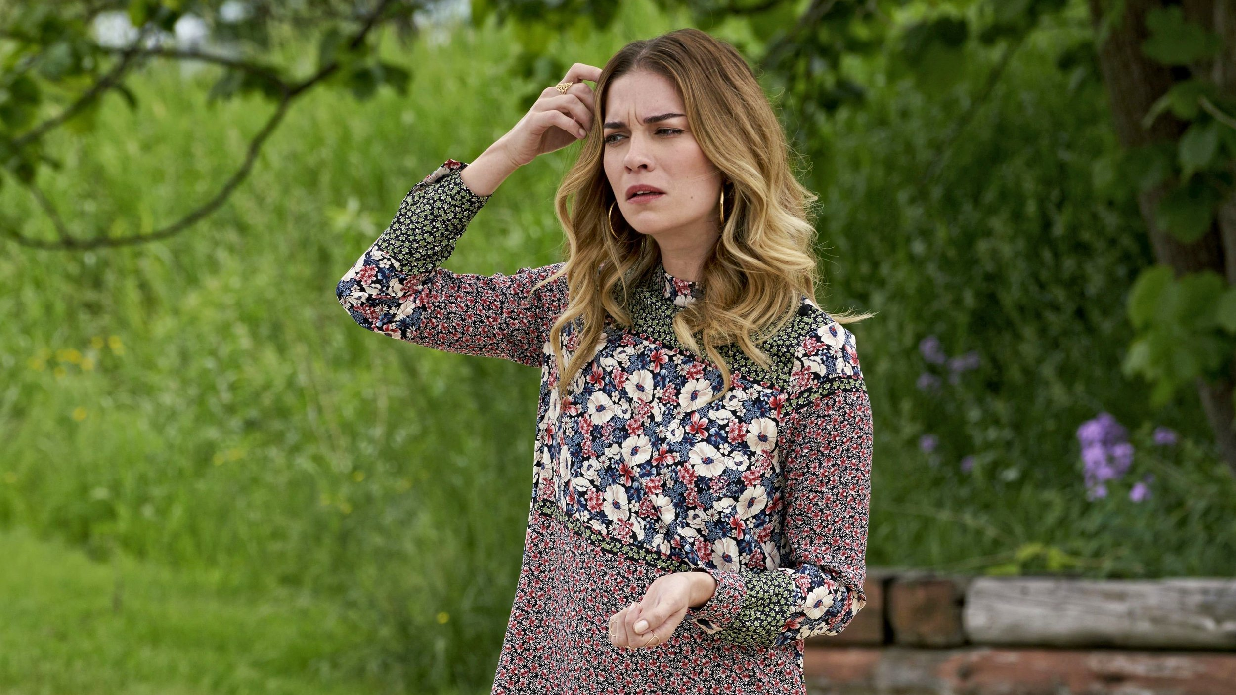 Annie Murphy plays the ex-wealthy socialite Alexis Rose in  Schitt's Creek .
