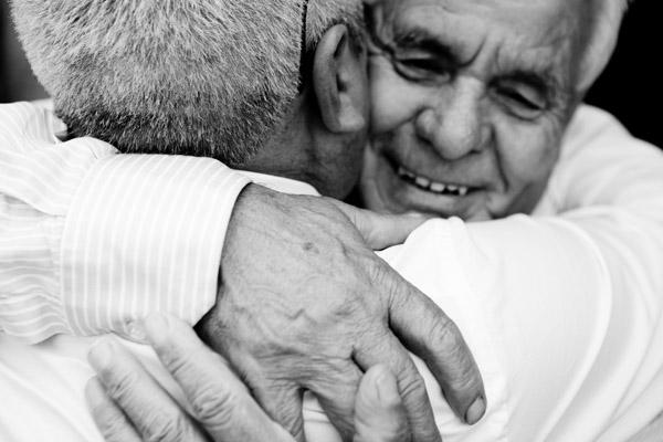 adorable-emotional-wedding-hug-photo-julian-kanz.jpg