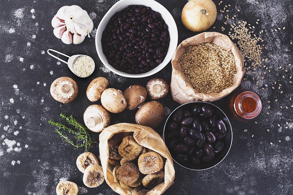 Receita de Hambúrgueres Vegan de Feijão Preto, Cogumelos, Figos & Azeitonas Kalamata