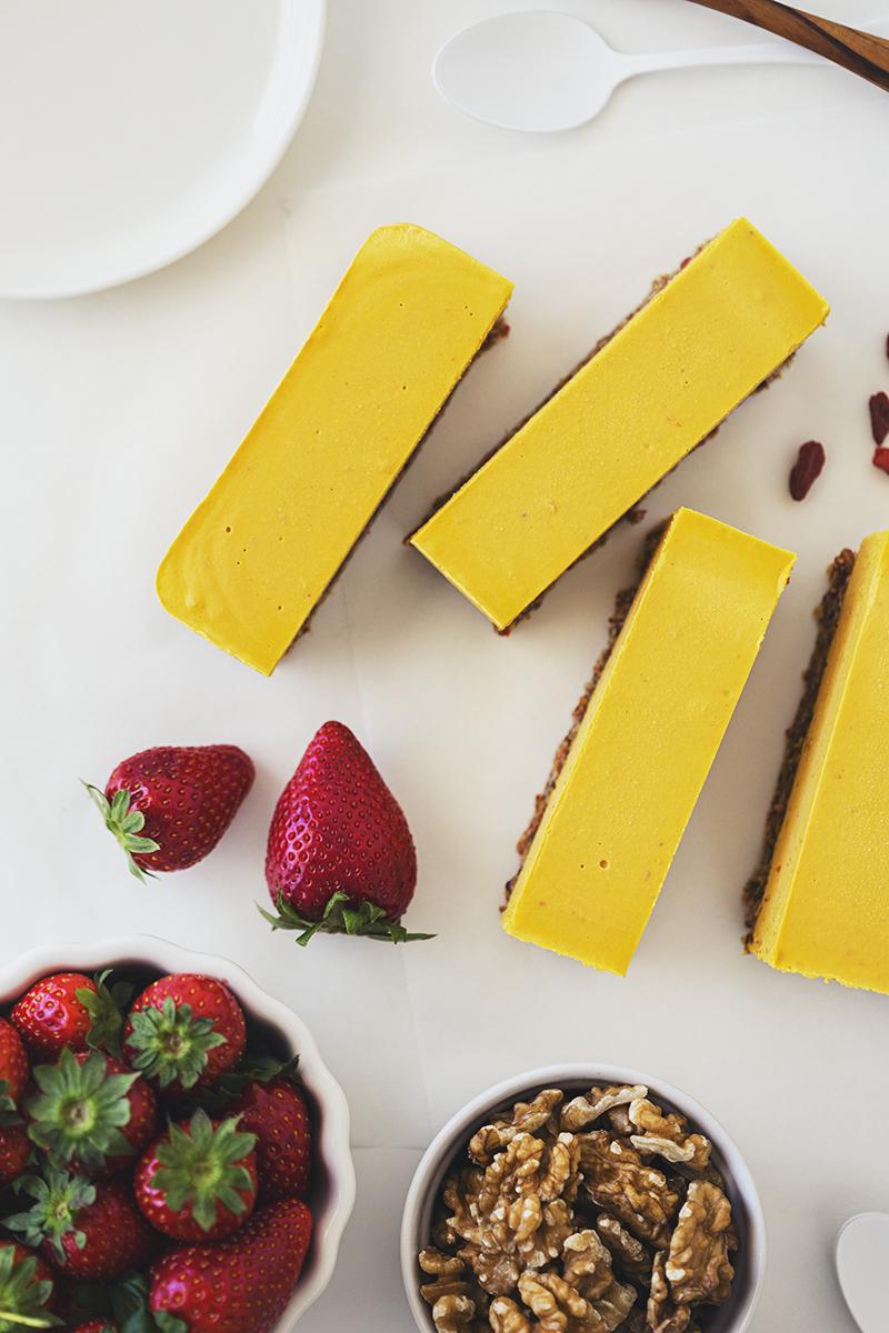 Receita Vegan, rápida e saudável de Cheesecake de Laranja, Bagas de Goji & Morangos