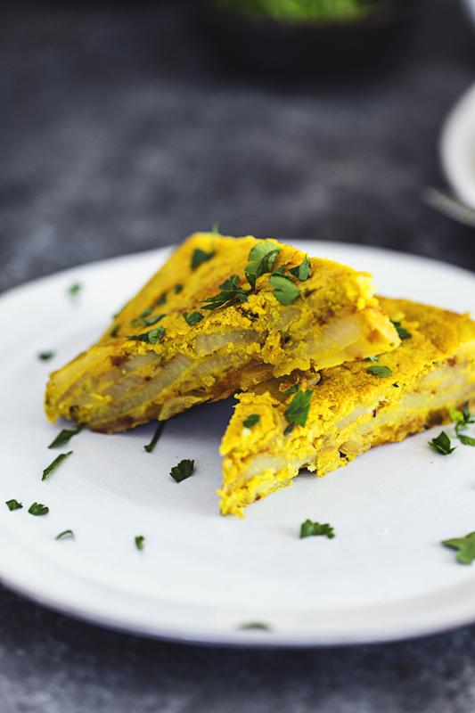 Receita 100% vegetariana de Tortilha Espanhola de Batata. Sem ovos, fácil de fazer e muito saborosa.