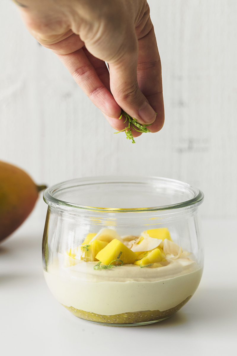 Vegan Mango Cashew Yogurt, the perfect option for a healthy summer breakfast.This recipe is 100% plant-based, delicious and very easy to make.