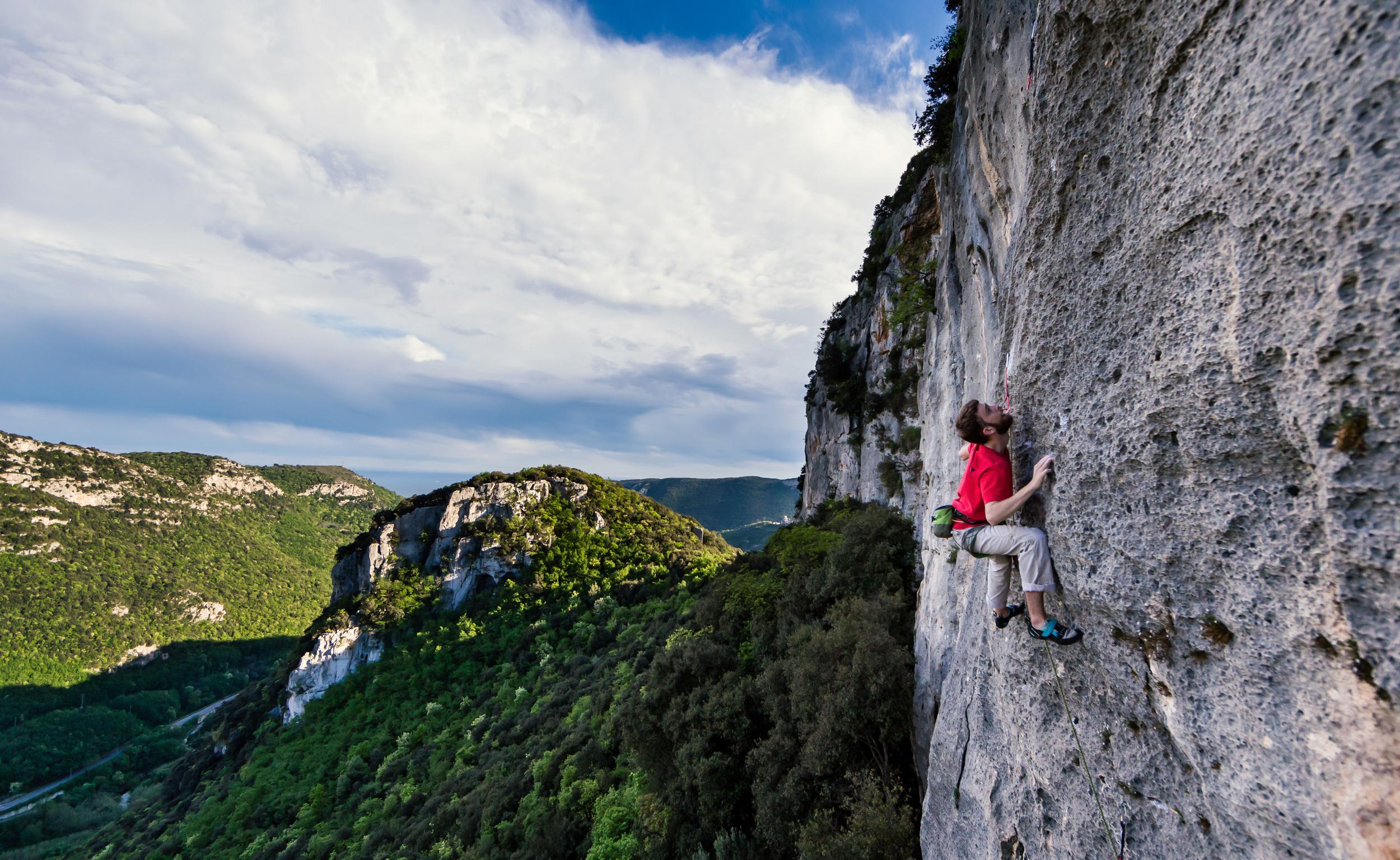 Martin Mckenna climbing La Cengia Allegra (7a) at Bric Scimarco. Shot on Canon 6D +Canon 24-70 f/2.8 + LEE Filters .6 Soft Grad ND.