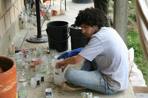 4_walls_tire_structure_colombia_sustainable_trash_construction_glass_botlle_man.jpg