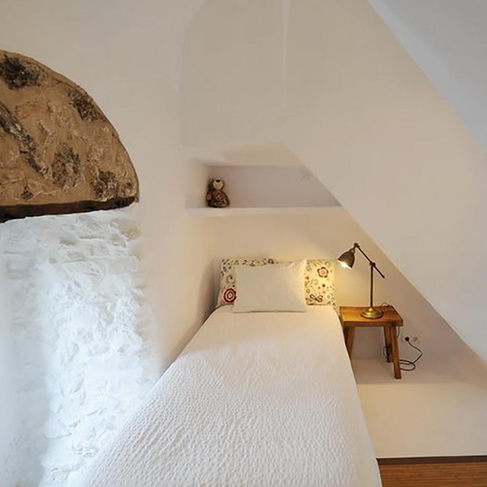 11. Villa Single Room.jpg