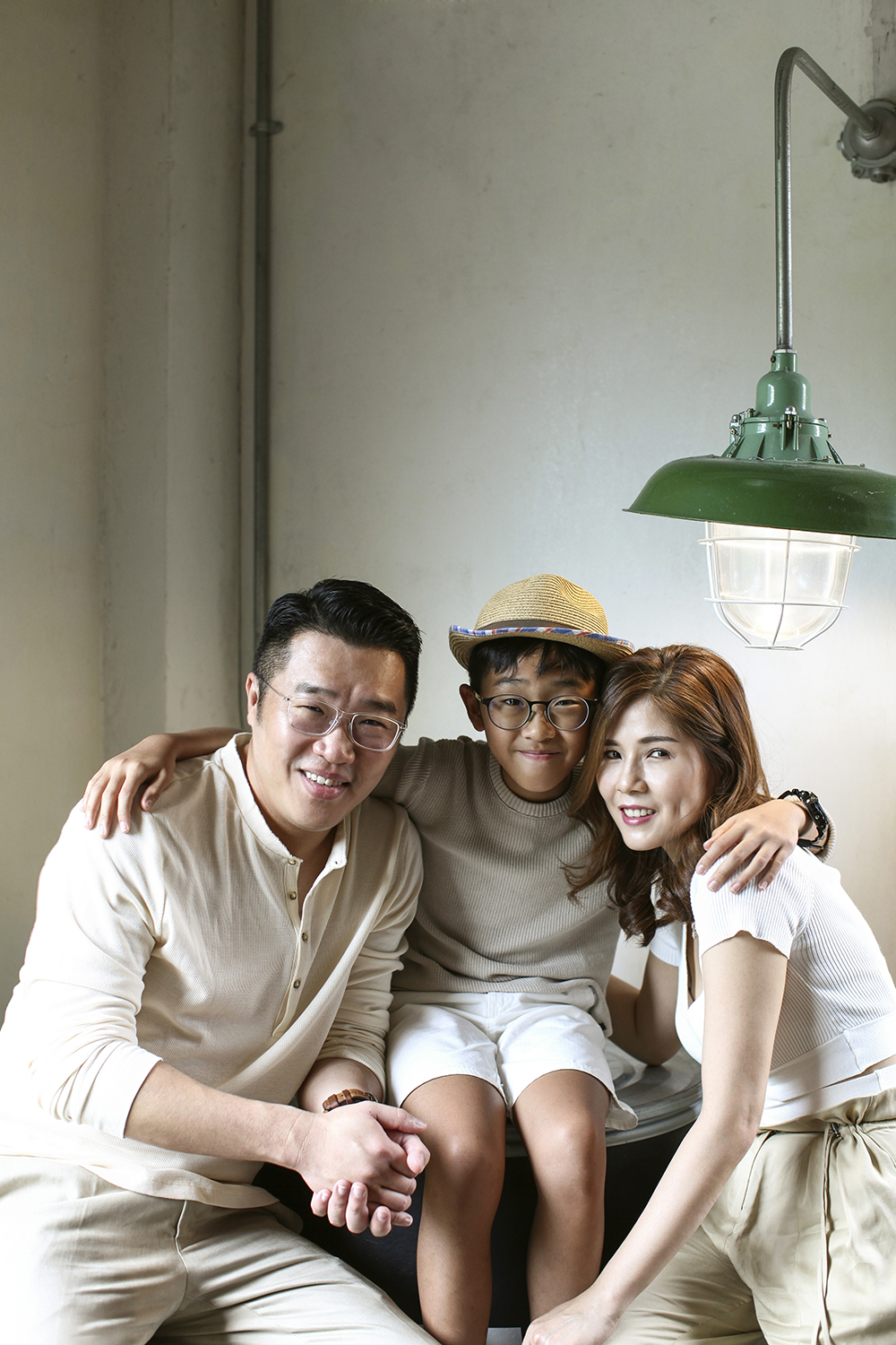 contemporary family portrait photography by kurt ahs . alwin anne lucas choo . 9138.jpg