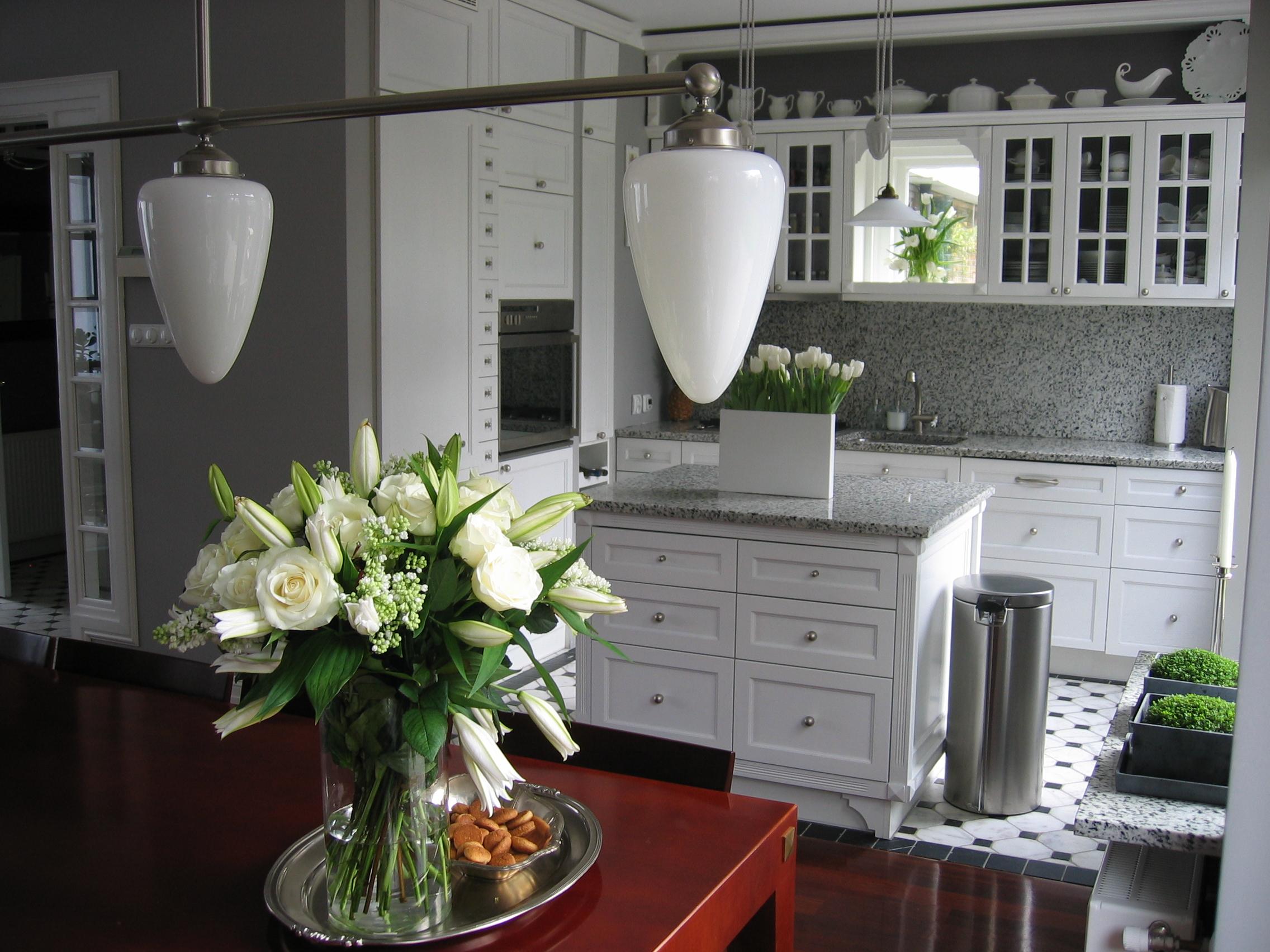Białe klasyczne meble kuchenne