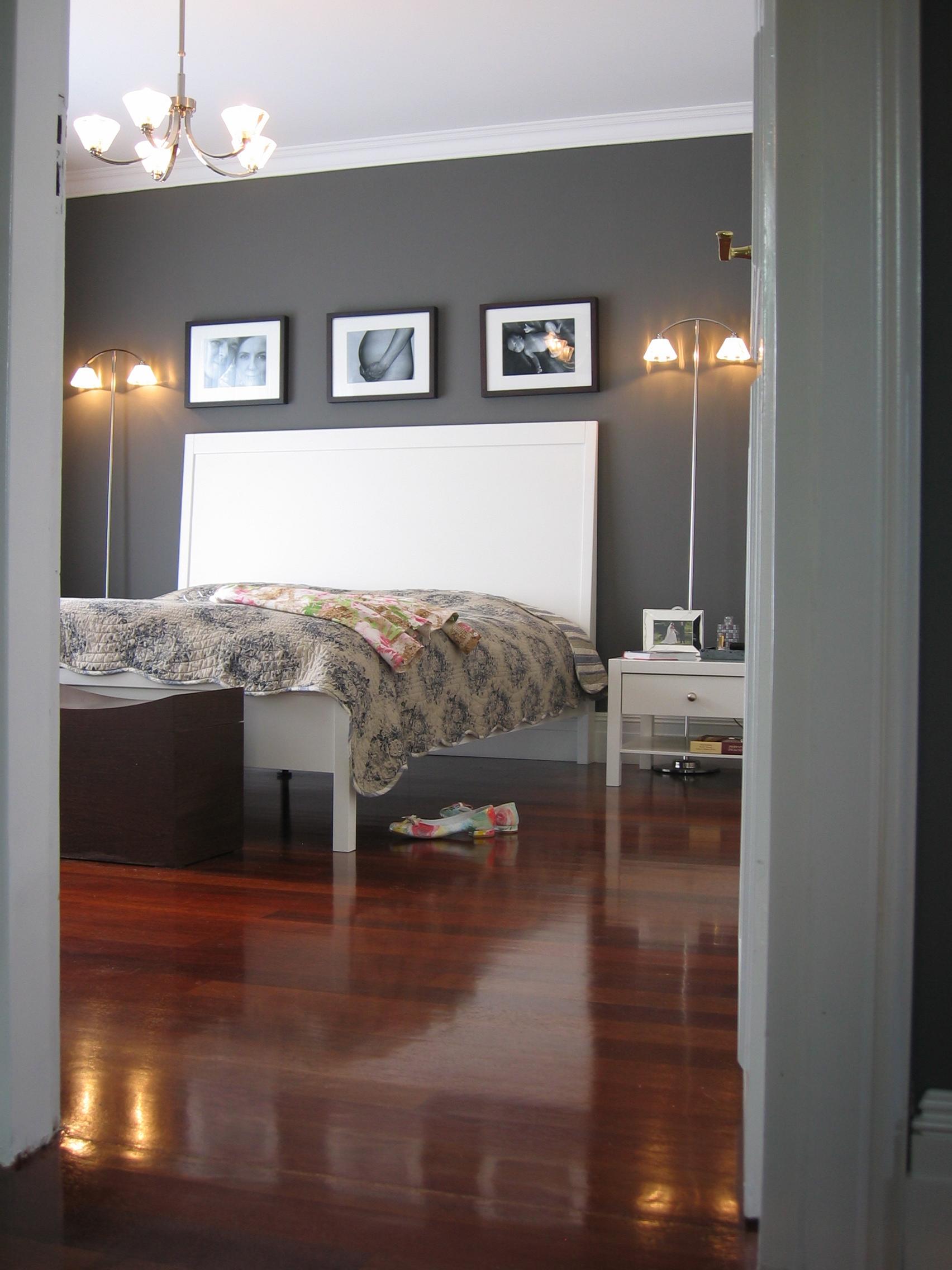 Antracytowe ściany małej sypialni