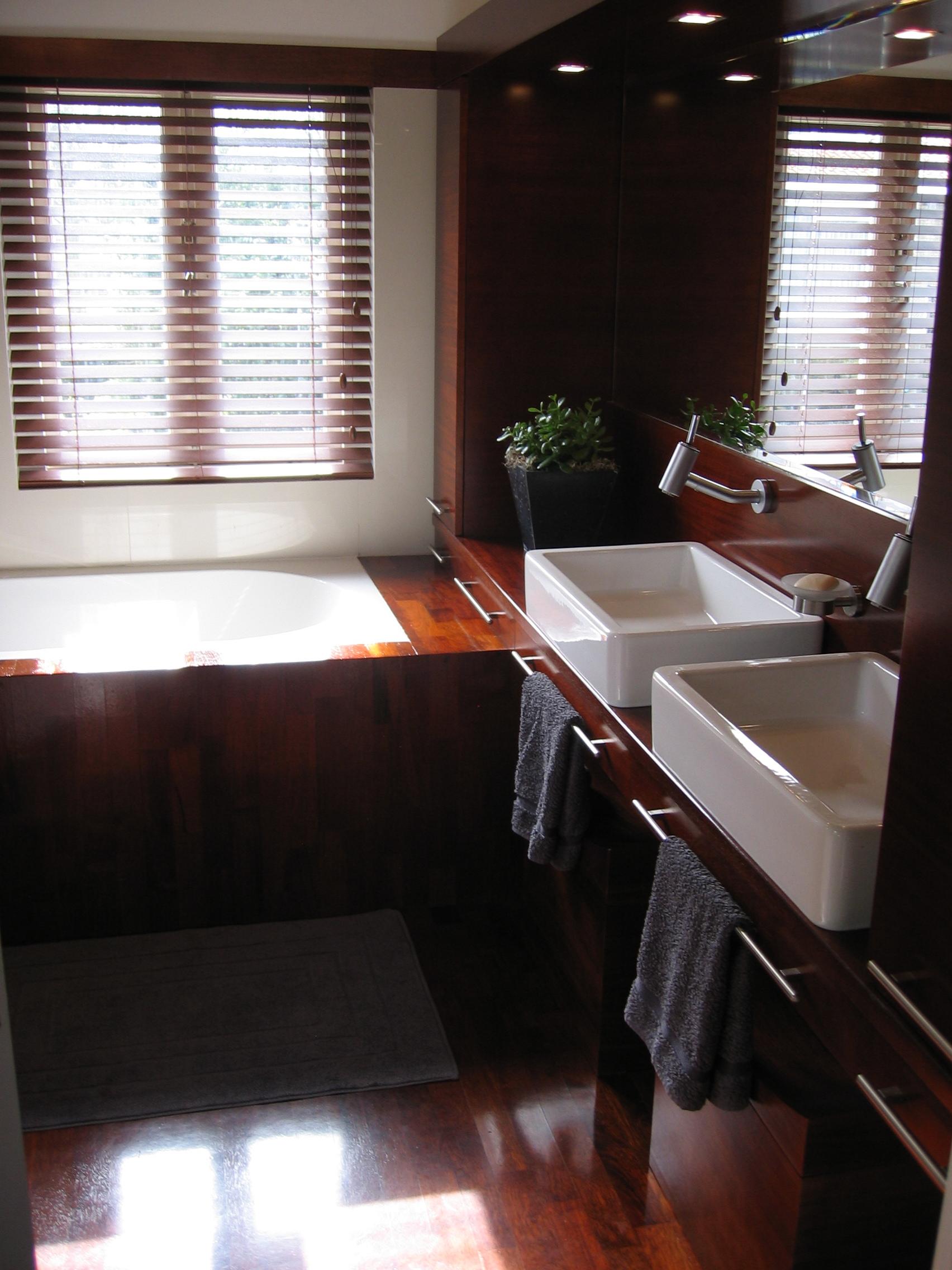Łazienka z drewna doussie