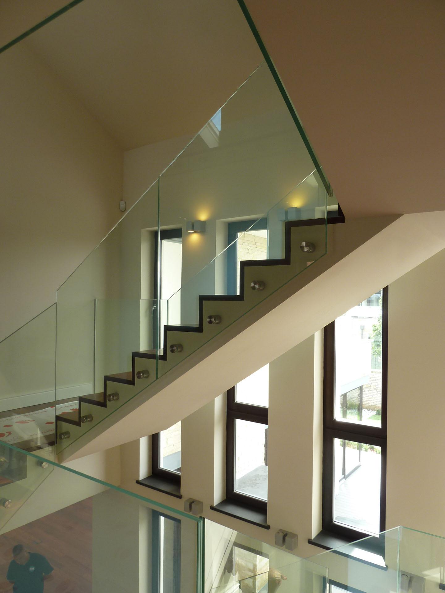 Wiszące schody w klatce schodowej