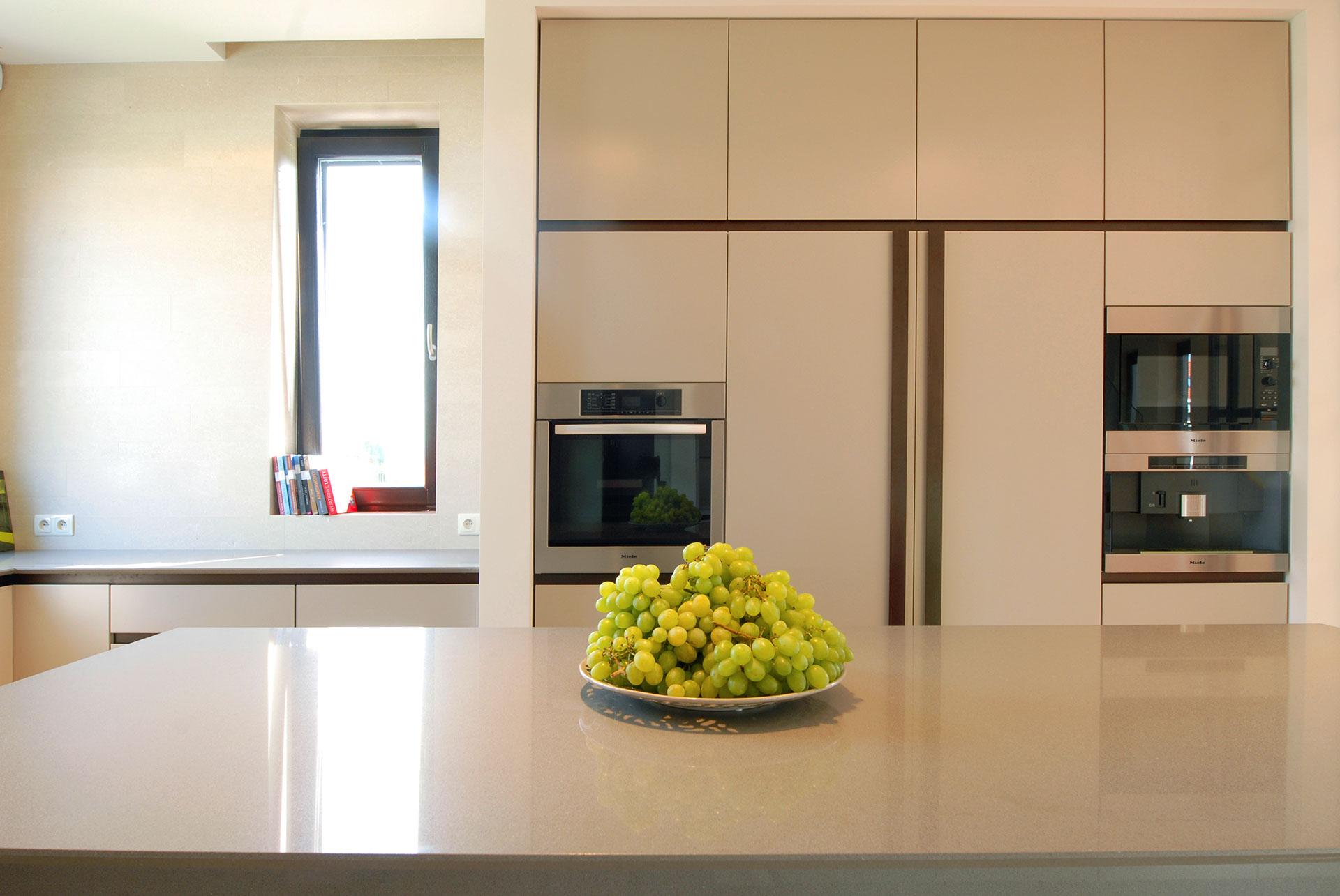 Projekt tej kuchni uwzględnia wiele funkcji