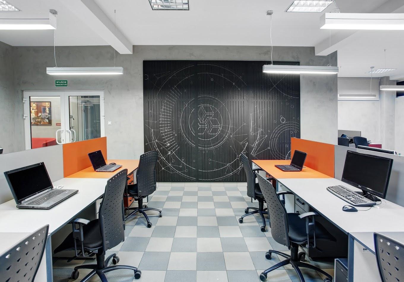 beton na scianach we wnetrzu biura.jpg