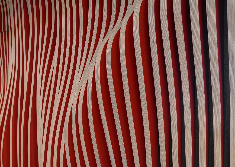 Falująca forma powstała ze sklejki obłożonej czerwonym laminatem