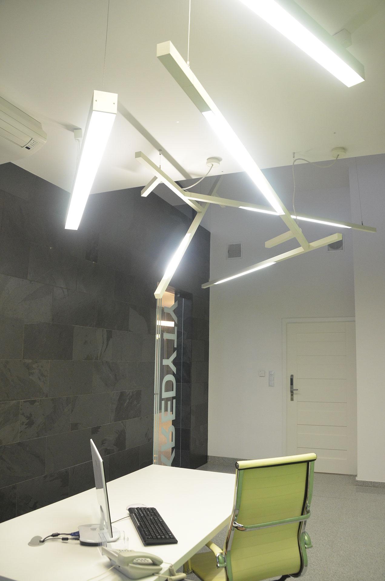 Nowoczesna lampa KAO Artemide we wnętrzu działu kredytów