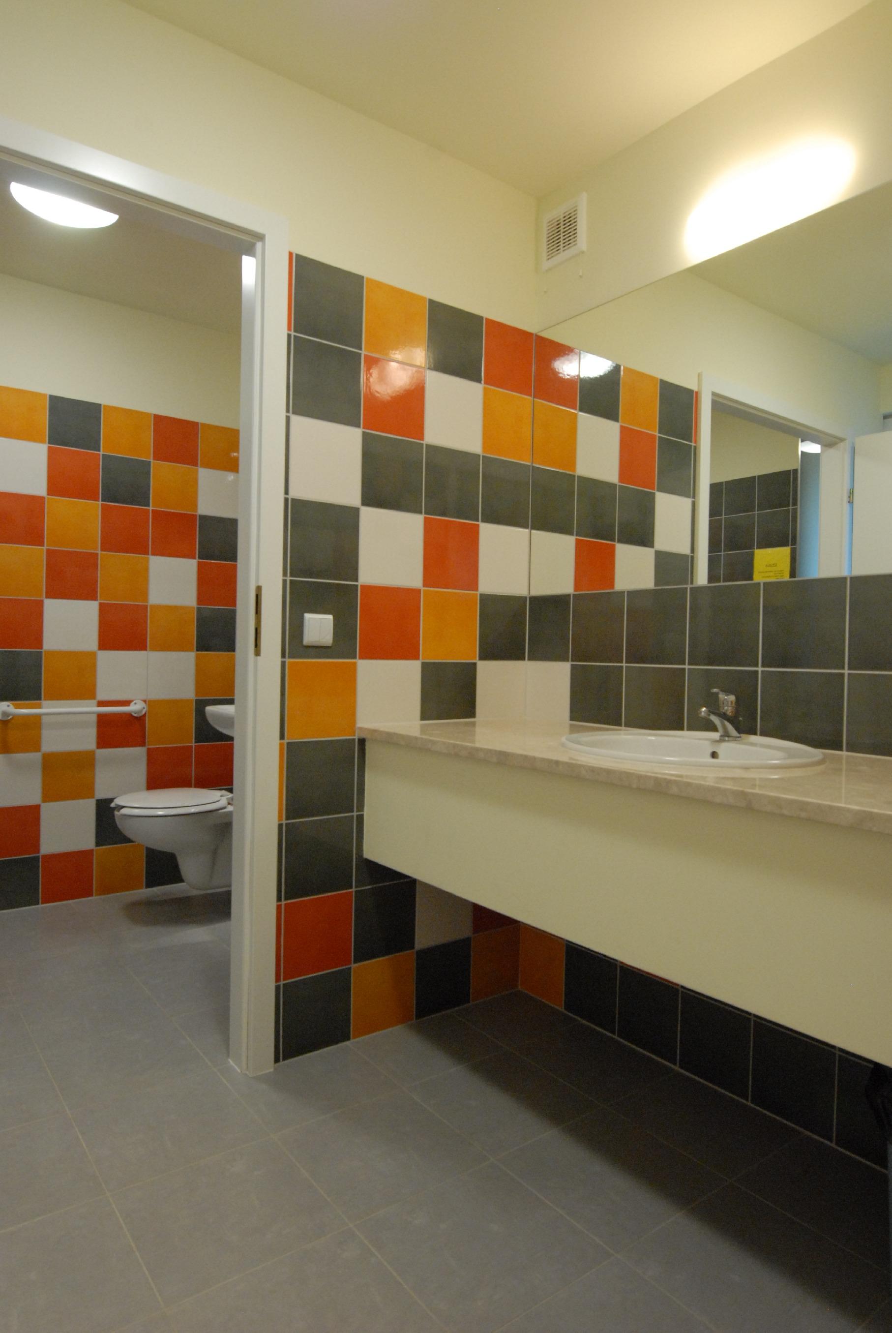 Kolorowa publiczna toaleta w przychodni