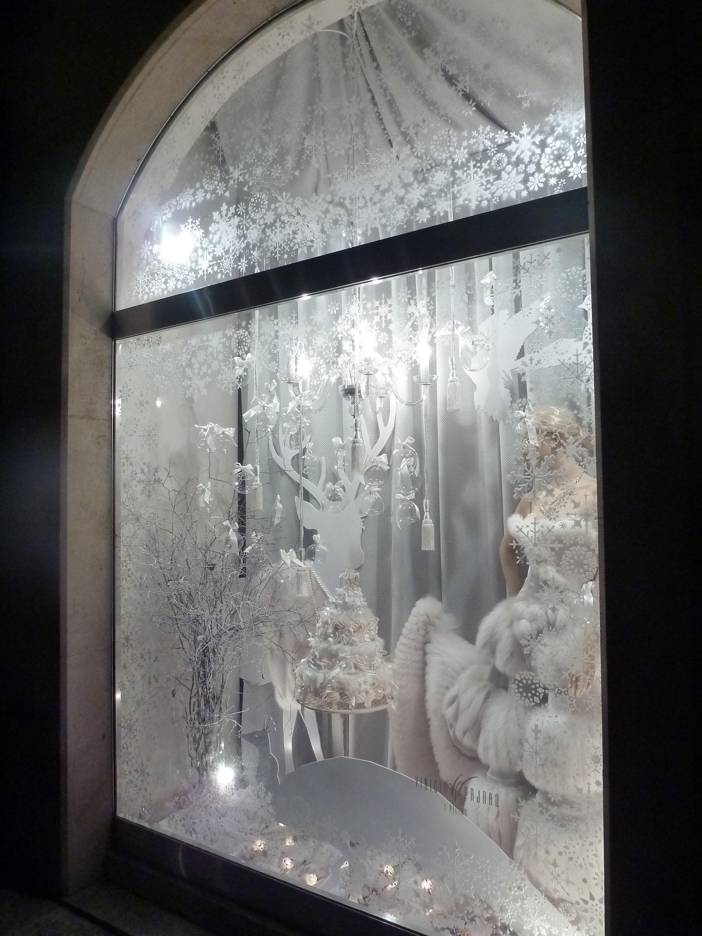 total_white_look_shop_window.jpg