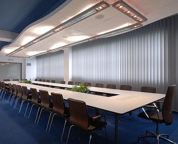 Duży stół modułowy w sali konferencyjnej