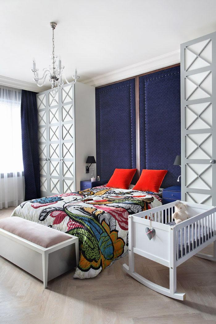 Wnętrze klasycznej kolorowej sypialni