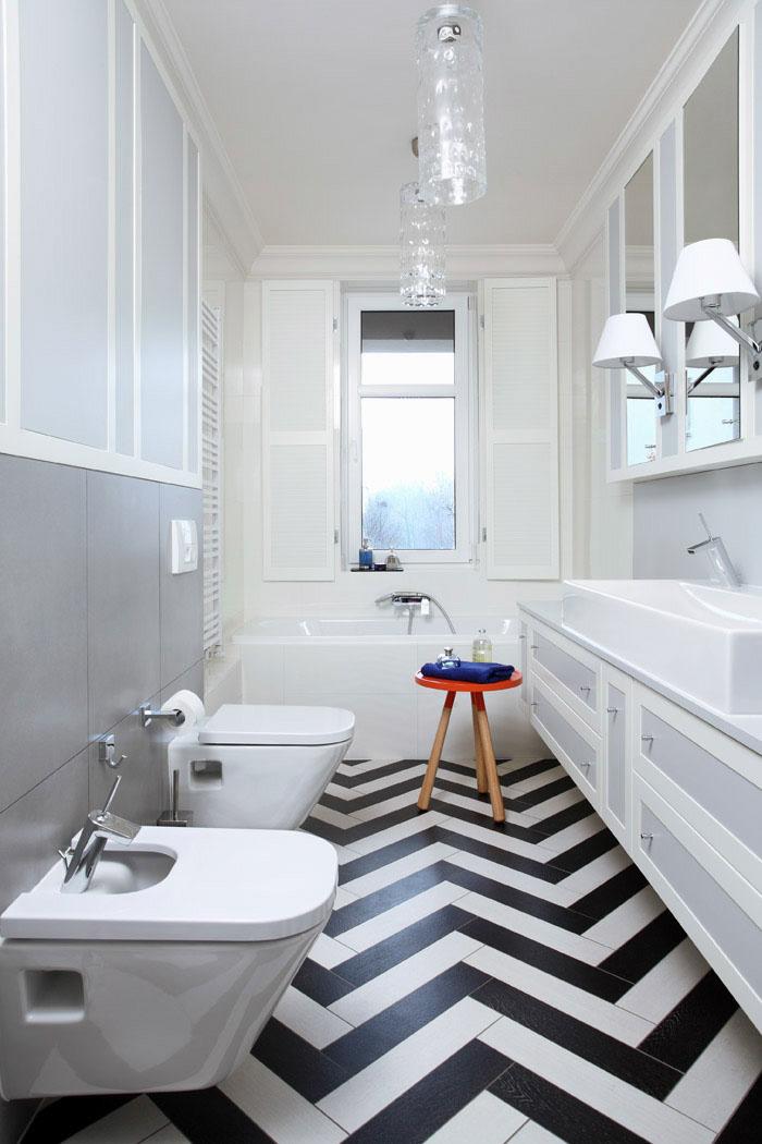 Spokojna łazienka z kontrastową posadzką chevron