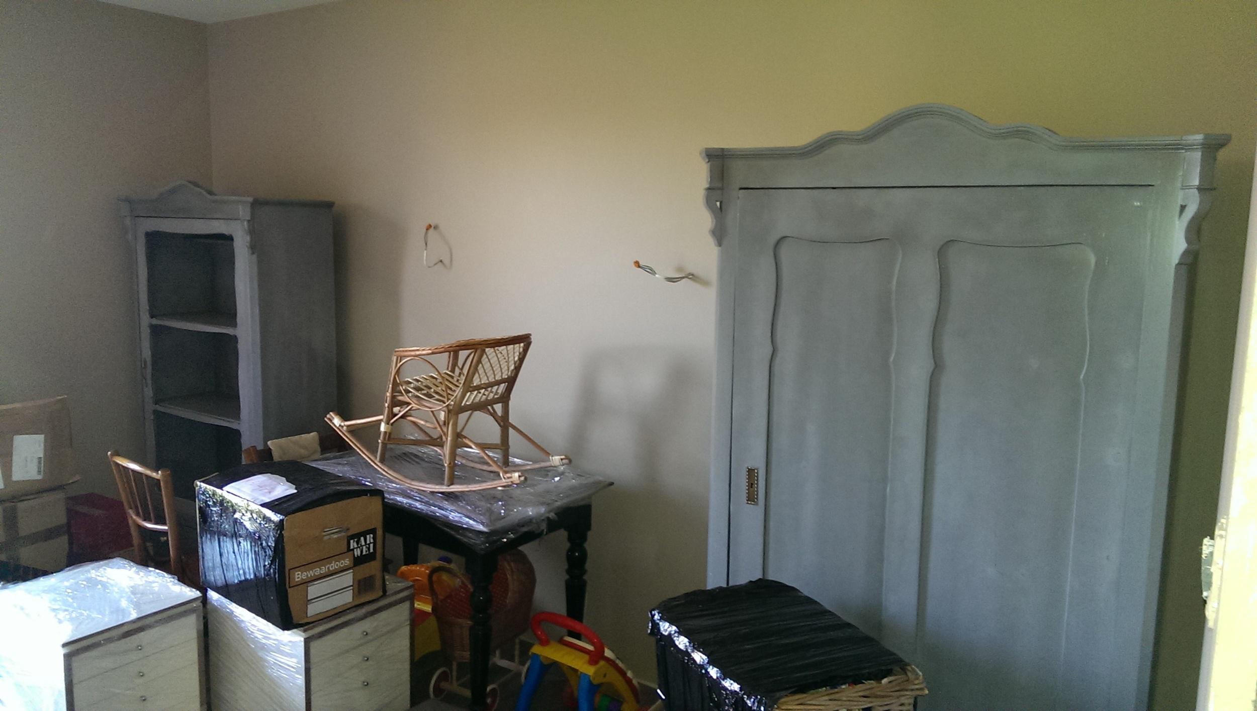 Do pokojów dzieci dobraliśmy dwie oczyszczone szafy (antyki) podobnym kształcie, które zostały pomalowane przez stolarza. Jedna - na książki, druga, głębsza - na ubrania. Poszło łatwiej niż myśleliśmy