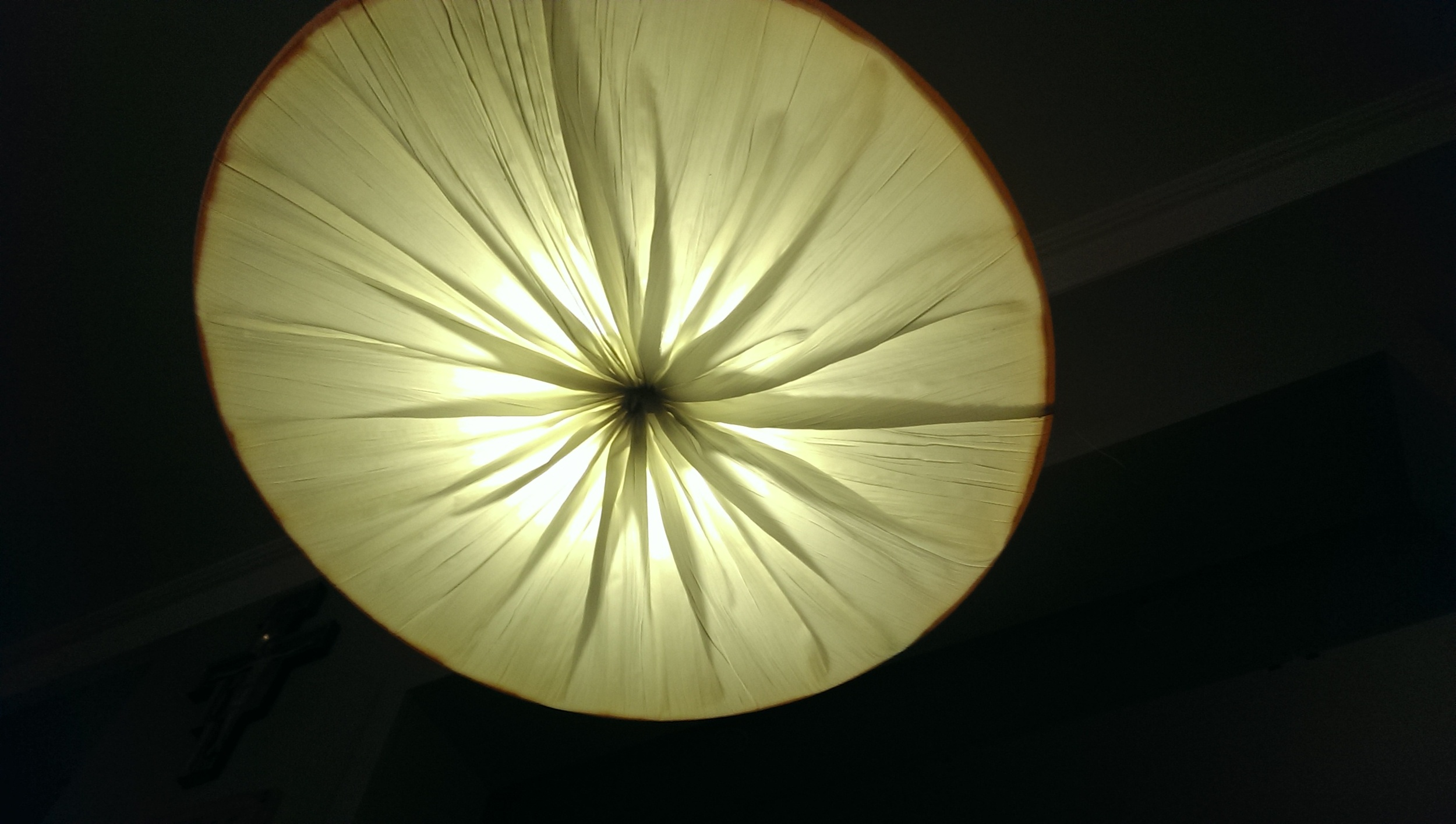Lampy w sypialni zostały wykonane z kreszowanego materiału naciągniętego na sprężynujące okręgi.