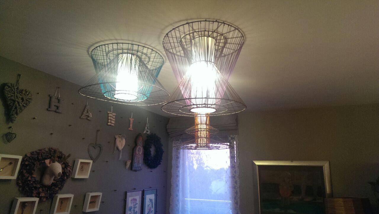 Lampy w pokoju starszej córki są wyspawane z prętów wg projektu oraz wykończone kolorowymi sznurami