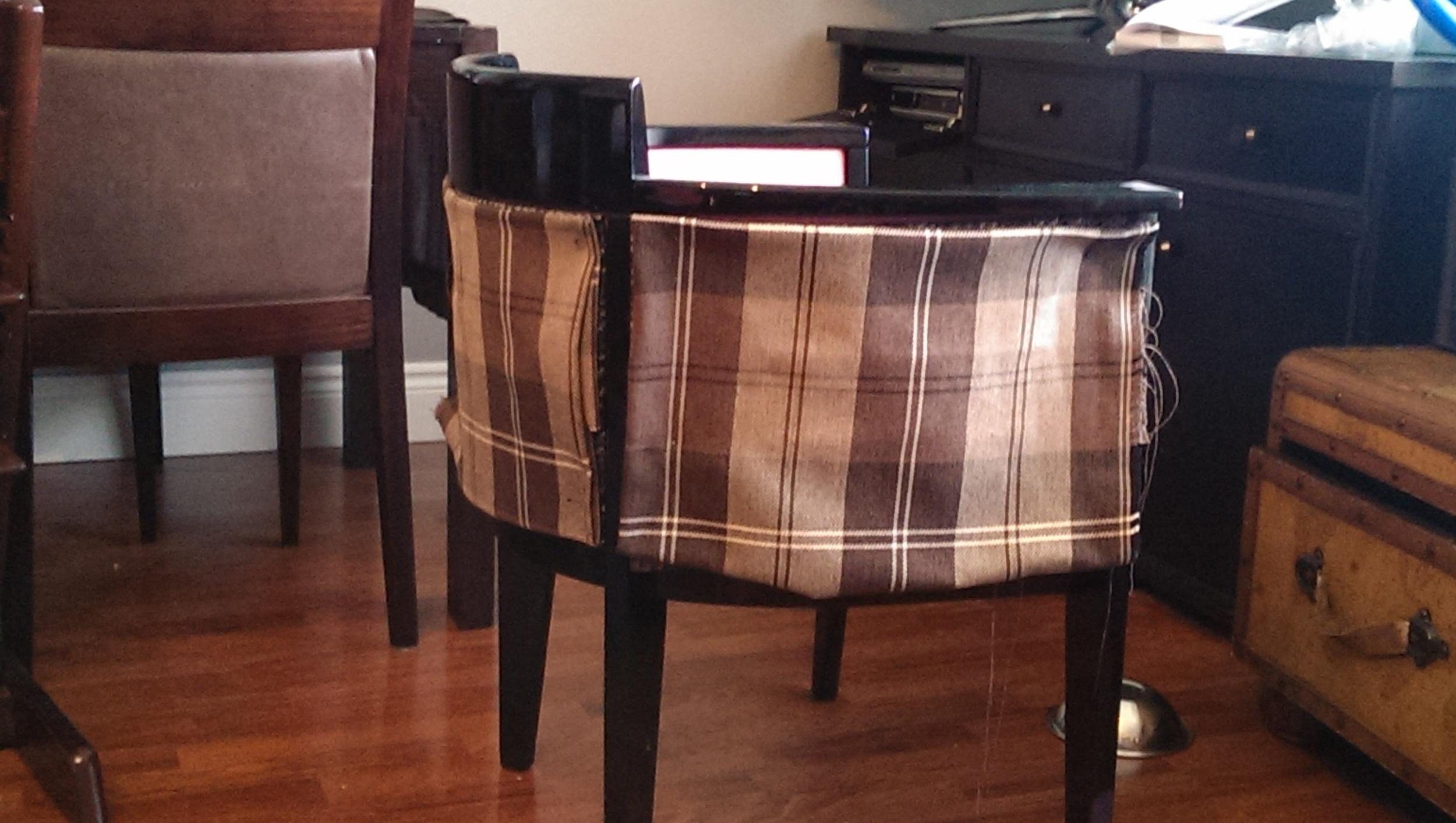 Czarne fotele kupione na allegro dzięki nowej tapicerce pozbyły się art-deco`wskiego charakteru